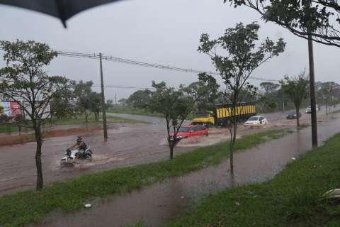 Chuva forte deixa ruas submersas em vários bairros de Campo Grande
