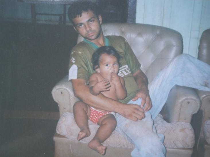 Em uma das poucas que aparece sério, Vanderlúcio com a filha ainda bebê (Foto: Arquivo pessoal)