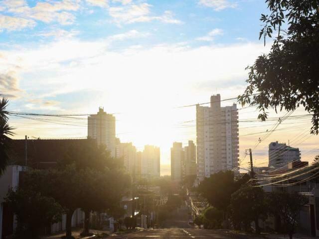 Sol entre nuvens na manhã deste domingo em Campo Grande (Foto: Paulo Francis)