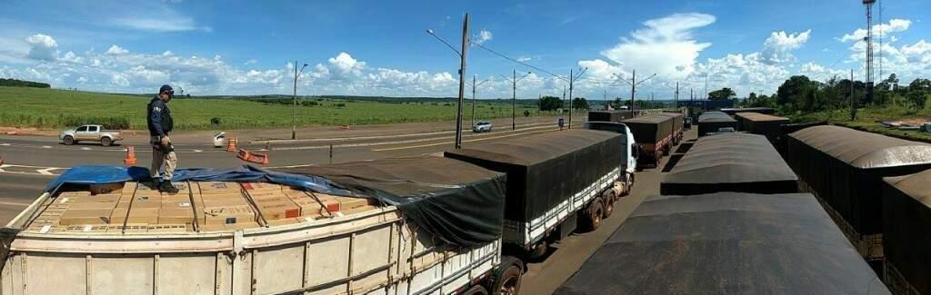 Comboio de caminhões leva carga milionária de cigarro. (Foto: Divulgação/PRF)