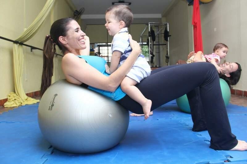 Exercícios são auxílio de bolas, tecidos e outros aparelhos de pilates (Foto: Alan Nantes)