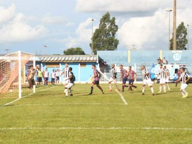 Ataque do União contra o Galo, em lance de jogo que terminou em 3 a 1 para o Alvinegro...
