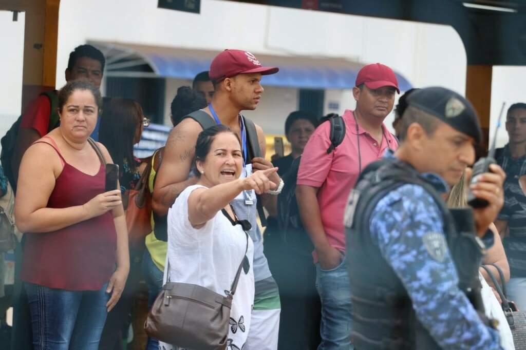 Revolta com atraso motivou bloqueio para o acesso do Terminal Morenão na manhã desta sexta-feira (15) (Foto: Marcos Maluf)