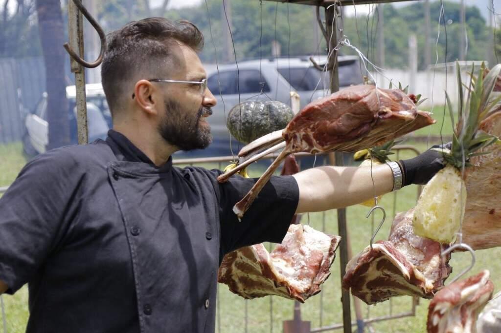 Luis se inspirou no churrasco argentino e uruguaio.  (Foto: Cesar Abud)