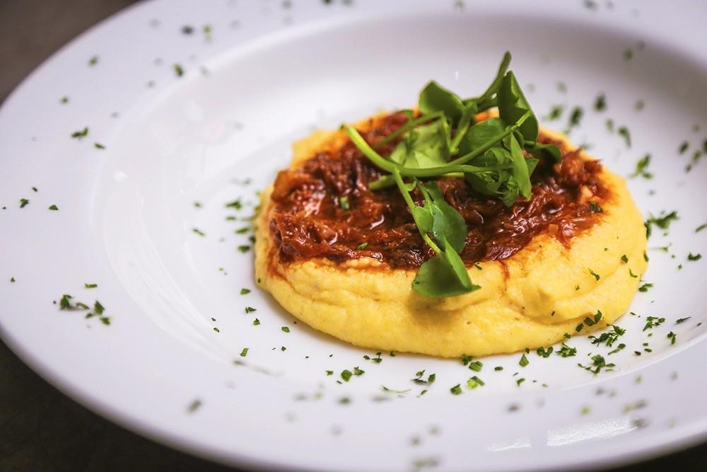 Ragu de rabada com polenta. (Foto: Marcos Ermínio)