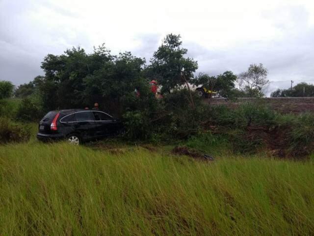 Veículo se lançou pela pastagem as margens da rodovia. (Foto: Direto das Ruas)