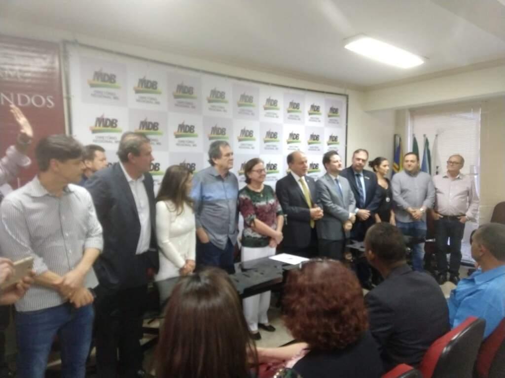 Lideranças do MDB reunidas no diretório do partido. Tânia Garib está ao centro da foto, de blusa estampada e calça branca.