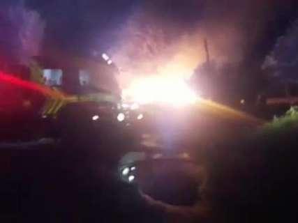 Incêndio destrói casa de madeira e cachorro é resgatado por vizinho