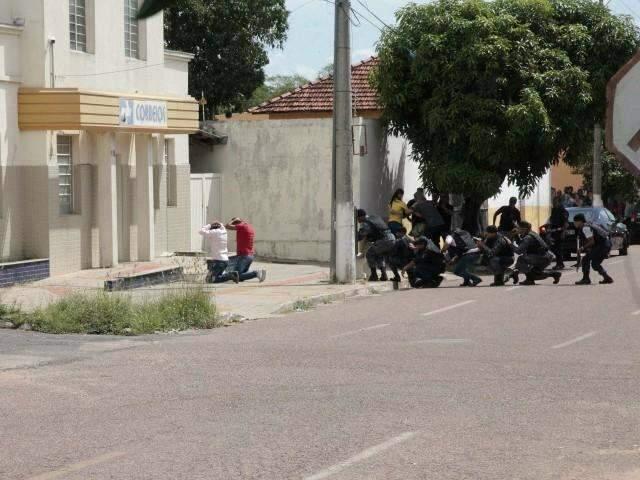Após 2h de negociação, assaltantes de agência dos Correios se entregam