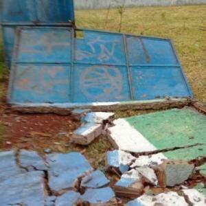 Queda do muro levou junto portão da escola (Foto: Direto das Ruas)