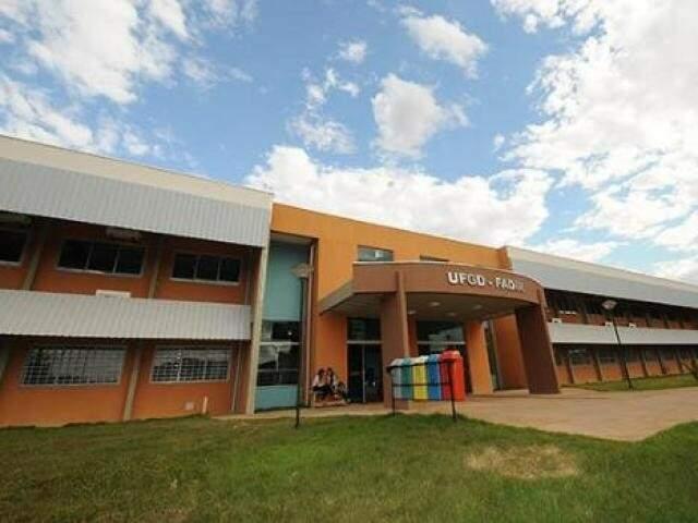 Entrada de bloco da Universidade Federal da Grande Dourados (Foto: Divulgação)