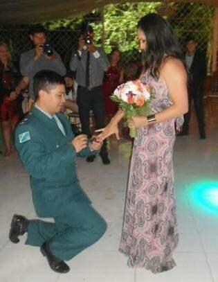 Com buquê na mão, Ana foi pedida em casamento. (Foto: Arquivo Pessoal)