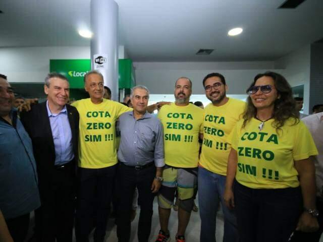 Governador ao lado de representantes da Associação das Empresas de Turismo de Corumbá (Foto: Edemir Rodrigues - Assessoria)