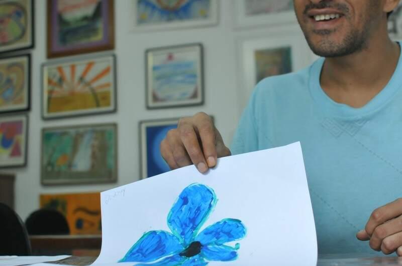 José desenha uma flor para a menina que ele nunca saiu. (Foto: Alcides Neto)