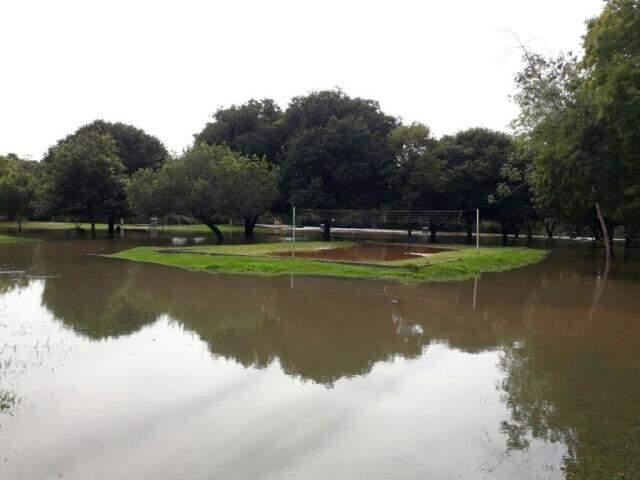Embora o nível do rio tenha baixado, transbordamento deixou poças que só secam após três dias de sol e tempo firme (Foto: divulgação)
