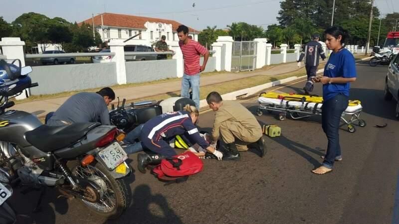 Um sargente do corpo de bombeiros, que passava pelo local, auxiliou nos primeiros atendimentos. (Foto:Direto das Ruas)