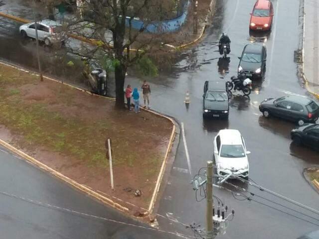 Trânsito tumultuou na área (Foto: Direto da ruas)