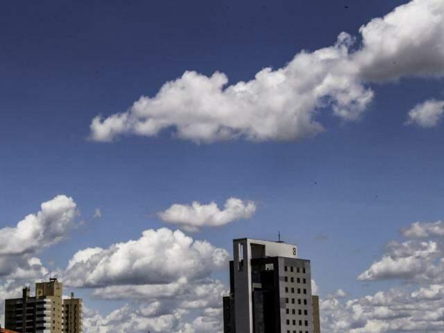 Céu claro com poucas nuvens na tarde desta quinta-feira em Campo Grande (Foto: Kísie Ainoã)