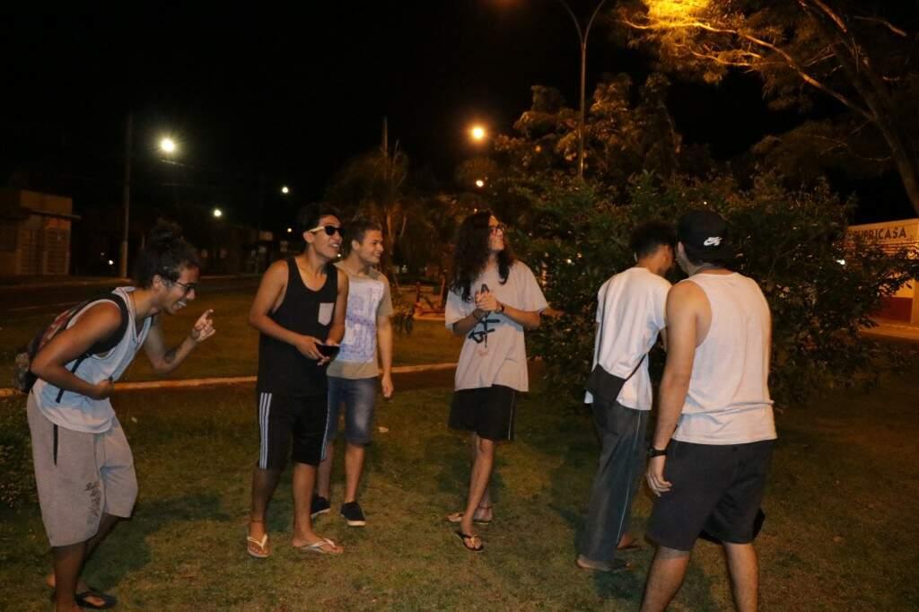 Para o grupo de amigos que procurva diversão em outros bairros, o Sarau das Moreninhas anima por ser perto de casa (Foto: Kimberly Teodoro)