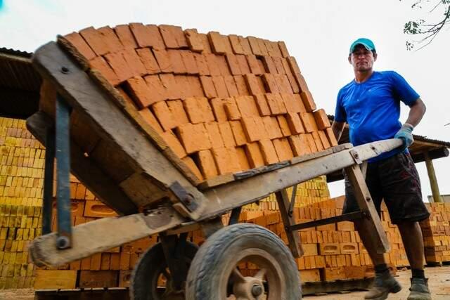 Produção de tijolos em olaria do distrito; volume caiu pela metade (Foto: Marcos Ermínio)
