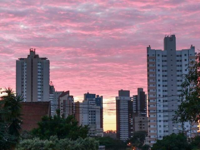 Em Campo Grande o dia será de céu parcialmente nublado e pancadas de chuva isoladas à noite. (Foto: Henrique Kawaminami)