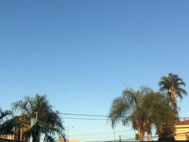 Céu amanheceu aberto em Campo Grande nesta quarta-feira (24). (Foto: Kerolyn Araújo)