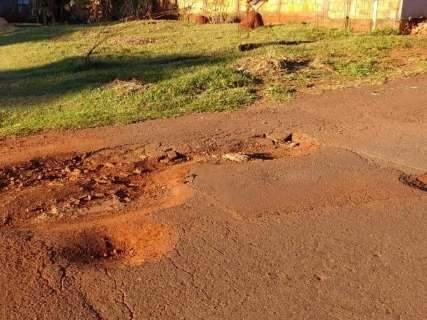 """""""Pior rua do bairro"""": moradora reclama de buracos em via onde passam ônibus"""