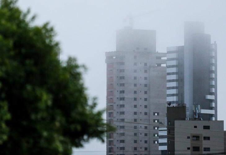 O céu na Capital amanheceu nublado e previsão é de chuva e trovoadas para todo Estado (Foto: André Bittar)