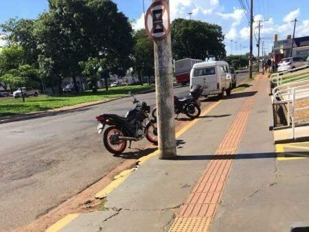 O trecho têm placas de sinalização e faixa amarela no meio-fio, que indicam que é proibido estacionar no local. (Foto: Direto das Ruas)