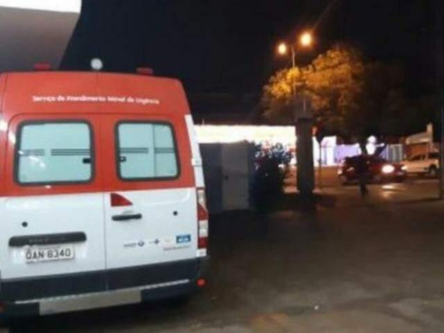 Ambulância parada na UPA da Vila Almeida. (Foto: Direto das Ruas)