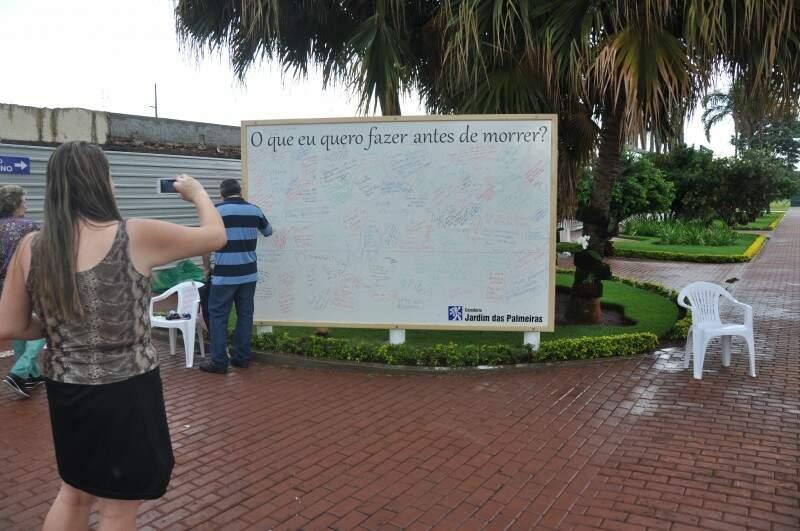 Além do quadro disponível aos visitantes, o local tem uma tenda para saúde e missa no final do dia (Foto: Marcelo Calazans)