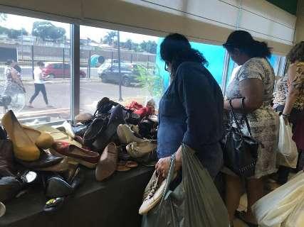 Com roupa e brinquedo a R$ 5, bazar da AACC tem fila dobrando esquina