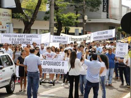 Produtores rurais marcham contra prisões e pedem paz no campo