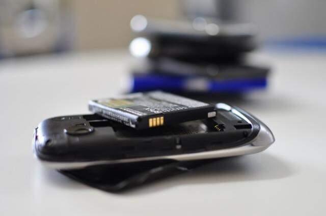 Para quem não consegue ficar longe do celular, conserto, em algumas empresas, pode sair em 10 minutos. (Foto: Luciano Muta)