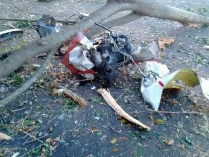 Avião cai perto de aeroporto, bate em árvore e dois acabam mortos