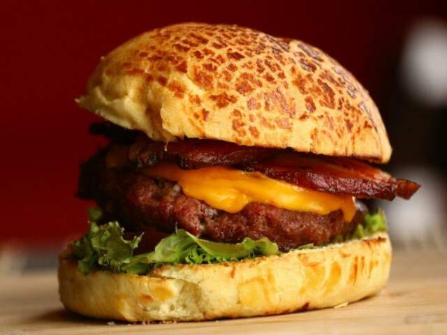 Hambúrguer grelhado, feito com bacon e calabresa, já ganhou a preferência. (Foto: André Bittar)