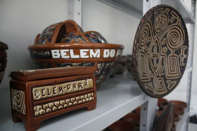 Na loja, o Pará se vende por si só: louças de barro marajoara.