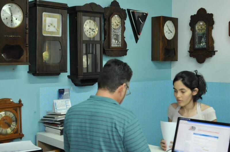 Com apoio até de Portugal, relojoaria antiga faz de tudo para conserto dar certo