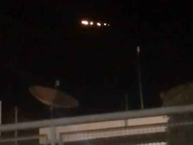 Objeto voador sobrevoando residência de Anastácio. (Foto: Direto das Ruas)