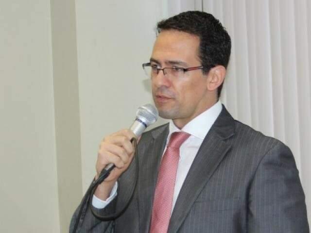 O juiz da 1ª Vara de Execução Penal, Mario Esbalqueiro, responsável pela ordem de prisão contra o ex-médico. (Foto: Divulgação/TJMS)