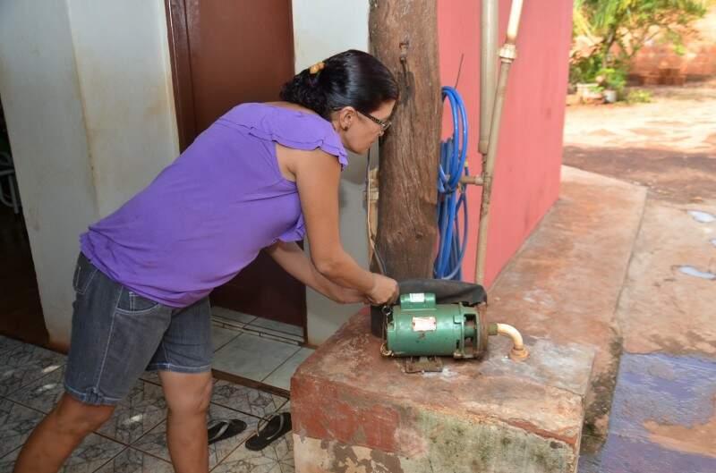 Mesmo com água encanada, dona Ivonete mantém até hoje o poço artesiano.