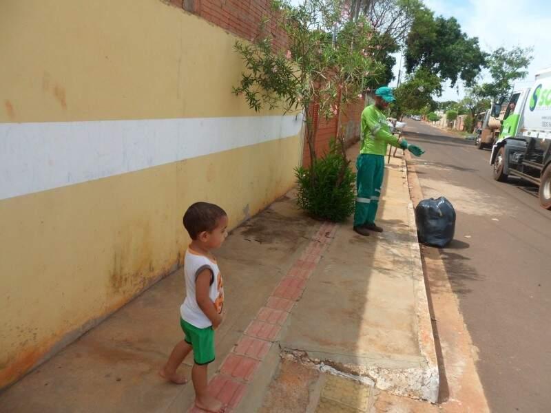 No sábado, o cumprimento e o abraço veio depois que eles coletaram o lixo. O menino espera. (Foto: Arquivo Pessoal)