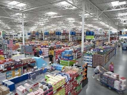 Às vésperas do fechamento, clientes lotam Walmart e limpam prateleiras