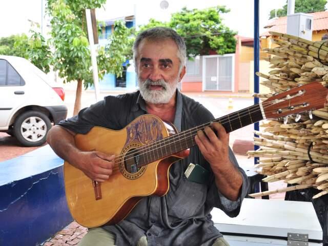 Mendigo diz não gostar de cachaça, droga ou albergue. Mario já morou na Grécia e nasceu em São Paulo (Foto: João Garrigó)