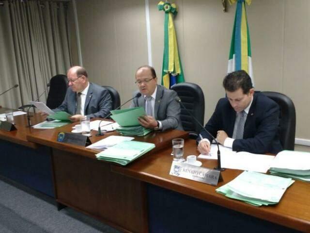 Deputados na reunião da CCJ. Da esquerda à direita, Enelvo Felini, José Carlos Barbosa e Renato Câmara. (Foto: Leonardo Rocha).