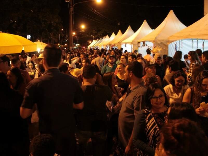Na feira gastronômica montada na lateral da rua da praça, tinha de comidas típicas a menu elaborado para o Casório. (Foto: Marina Pacheco)