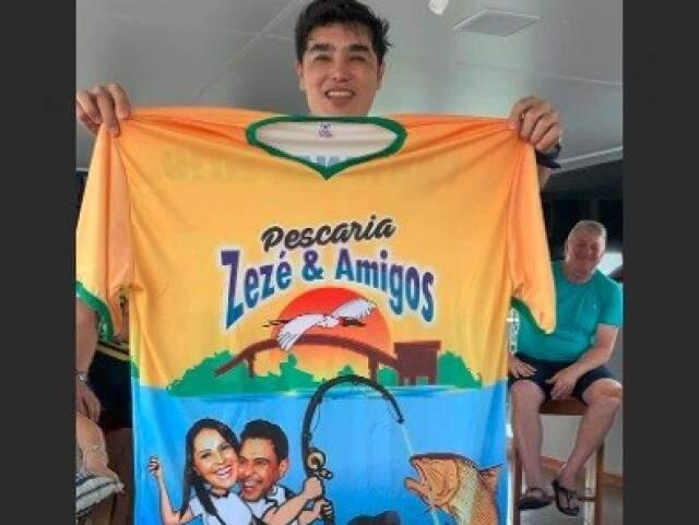 Foto publicada por Graciele mostra casal homenageado em camiseta...