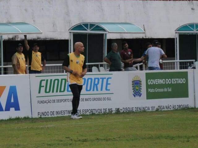 Técnico Robert Almeida cobra personalidade do time para buscar vitória em Corumbá (Foto: Paulo Francis)