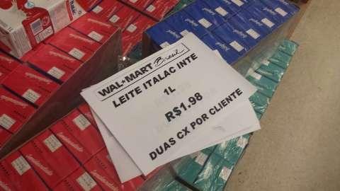 Walmart anuncia promoção de leite integral por R$ 1,98 mas falta produto