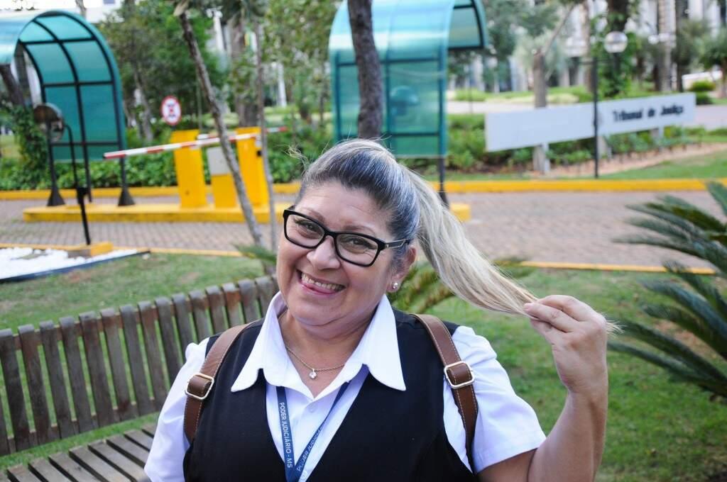"""Eliane mostra seu cabelo, em frente ao TJ, nesta tarde (02). """"Meu apelido é quati"""". (Foto: Paulo Francis)"""